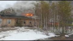 Заброшенный Дом быта загорелся в Вынгапуровском