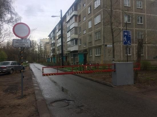 Жители дома в Твери перекрыли въезд во двор