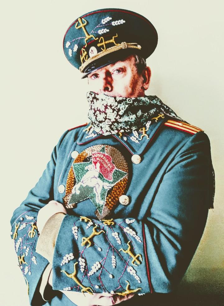 Художник Цветков сшил огромную ушанку Российской империи