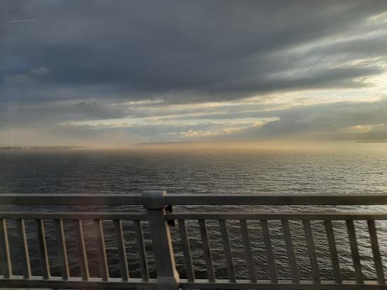Над Волгой у Саратова клубится желтый туман