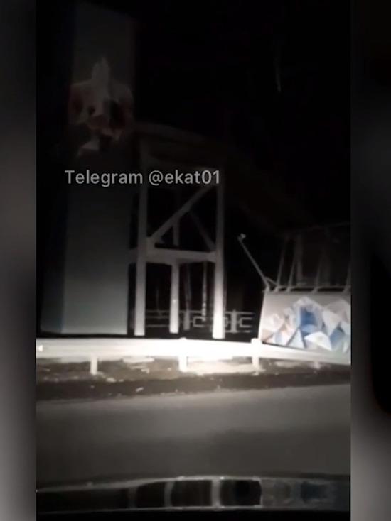 В Екатеринбурге на дорогу рухнул пешеходный мост