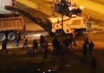 В Новосибирске пьяные мужчины избили дорожных рабочих из-за качества ремонта дорог