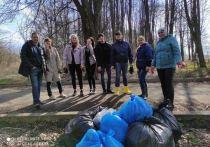 Костромские субботники: бизнесмены убирали территорию у Шаговского пруда