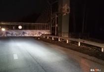 На ЕКАД из-за негабаритного груза рухнул мост