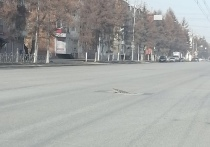 В Кузбассе на центральной дороге очевидец сфотографировал открытый канализационный люк