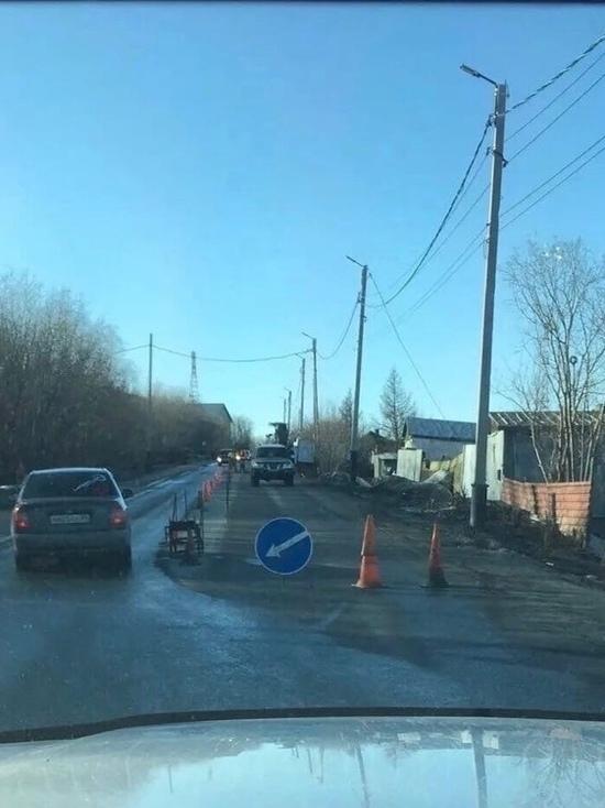На улице Богдана Кнунянца в Салехарде перекрыли часть дороги из-за ремонта