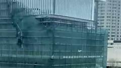 В Москве из-за сильного ветра рухнули строительные леса