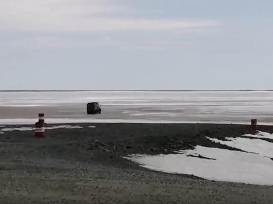 Машины продолжают ездить по закрытой ледовой переправе между Салехардом и Лабытнанги