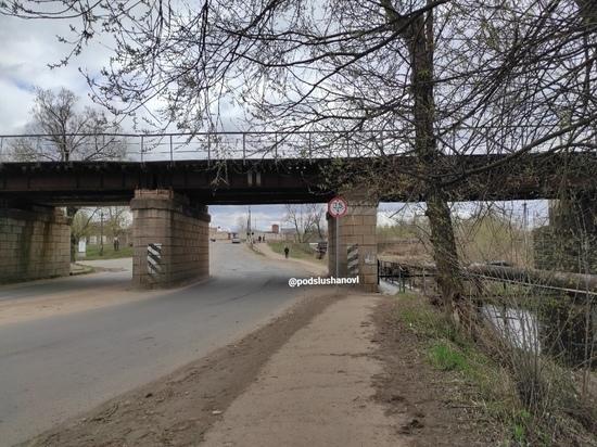 На аварийное состояние пешеходного моста жалуются жители Великих Лук
