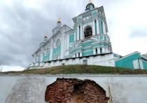 Смоленская епархия опровергла, что рушится подпорная стена Успенского собора