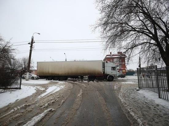 В Астрахани студенты требуют убрать грузовики от культурного центра