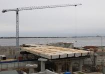На набережной в центре Волгограда начали монтаж второго пролета моста