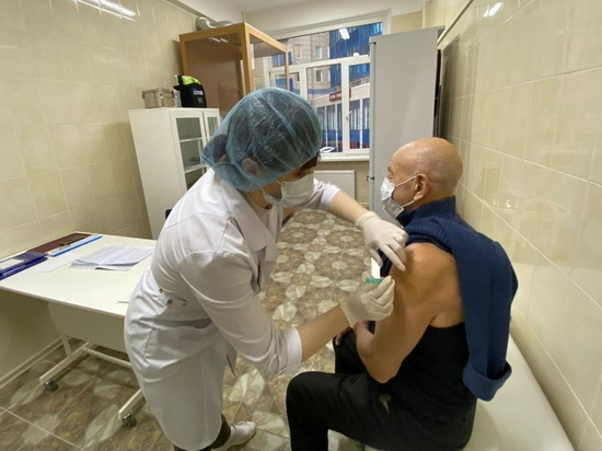Я пришел к тебе с уколом: пожилых петербуржцев разрешили вакцинировать на дому