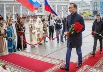 В День Республики Глава Якутии возложил цветы к памятнику Платона Ойунского