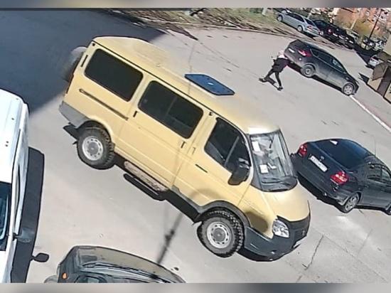 В Рязани желтый «Соболь» протаранил два автомобиля и скрылся с места ДТП