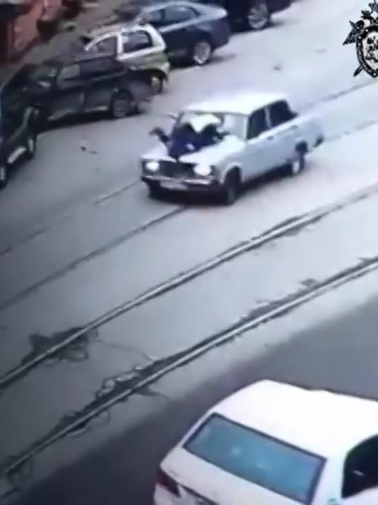 В Нижнем Новгороде 16-тилетний подросток прокатил на капоте сотрудника ДПС