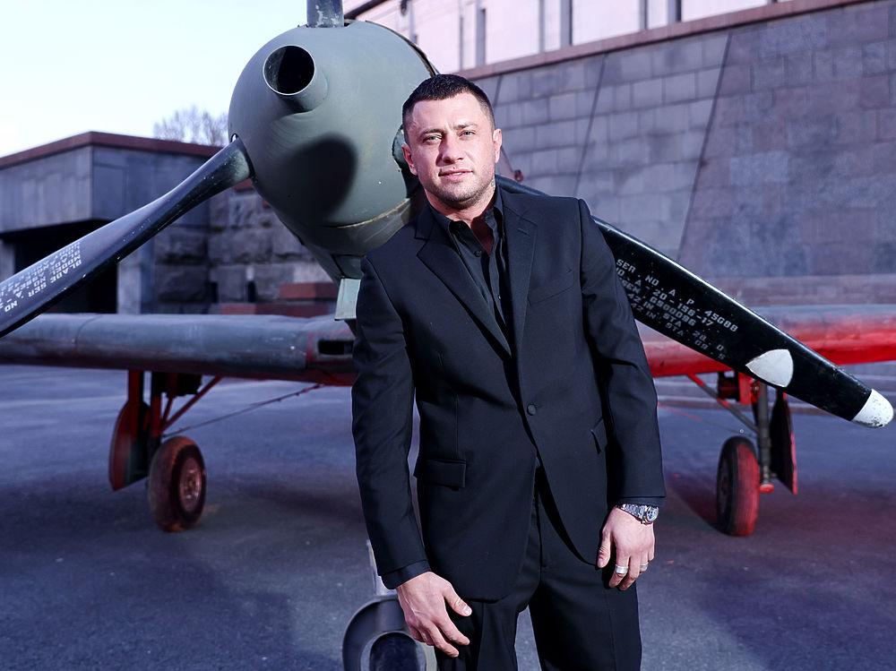 Прилучный, Темникова, Куценко сурово снялись на фоне самолетов