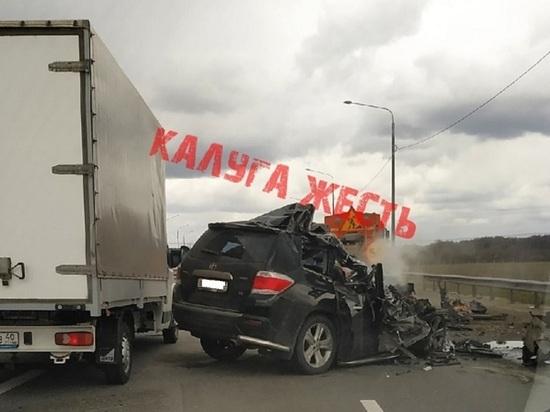 В Калужской области водитель внедорожника погиб, врезавшись в грузовик