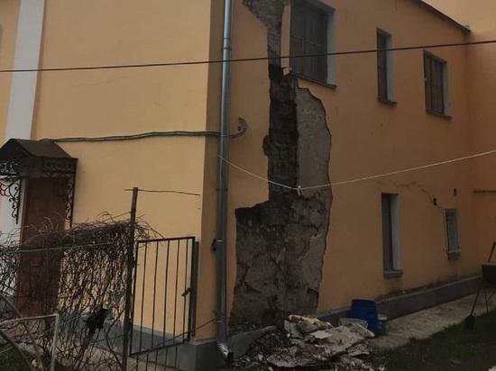 На Воскресенской в Калуге обрушился фасад дома