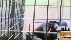 Больного коронавирусом Абызова доставили на носилках в суд: видео