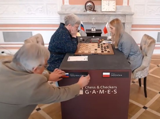На чемпионате мира по шашкам со стола нагло стащили флаг России