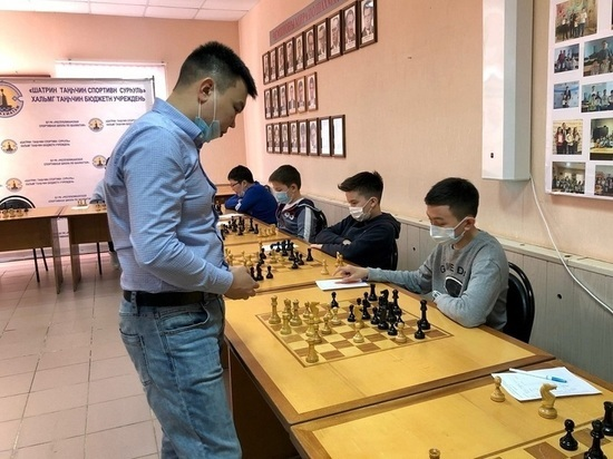 Юные шахматисты Калмыкии сразились с международным гроссмейстером