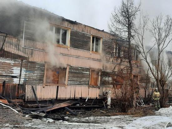 Съехавший со свай расселенный дом сгорел в Салехарде