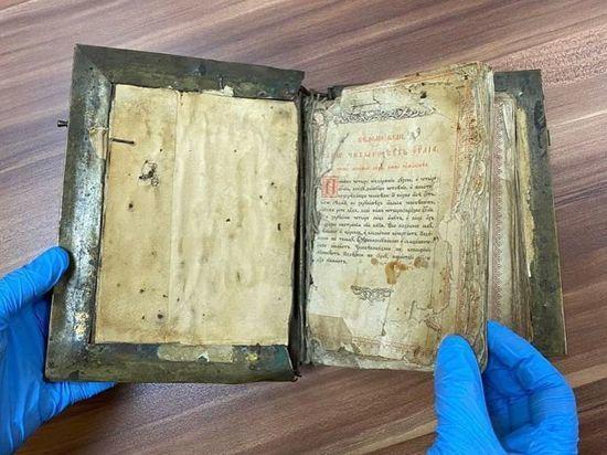 Прокуратура не позволила отправить в Грецию «Евангелие» XIX века в металлическом переплете