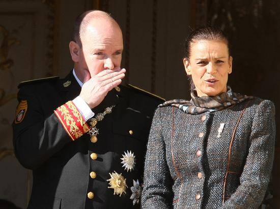 Прекрасная принцесса Монако Стефания, ее брат, во многом загадочный князь Альбер и сестра Каролина, дети погибшей красавицы-актрисы Грейс Келли - за перипетиями в британском королевском семействе мы совсем позабыли о монаканской династии