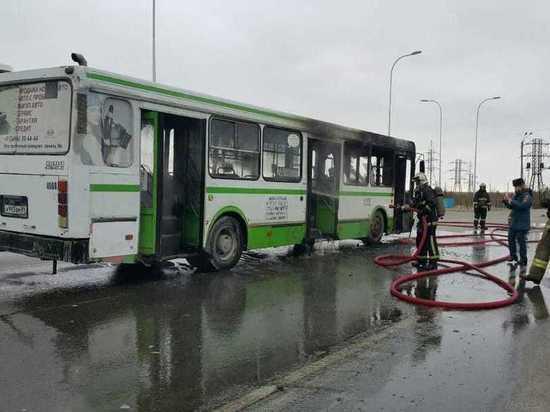 Автобус с пассажирами внутри вспыхнул в Ноябрьске