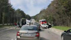 Машина скорой помощи столкнулась с легковушкой в Ялте: кадры ДТП