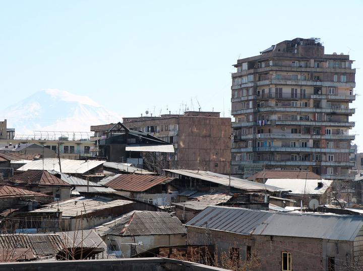 Жизнь и зарплаты в Армении: массово бегут работать в Россию