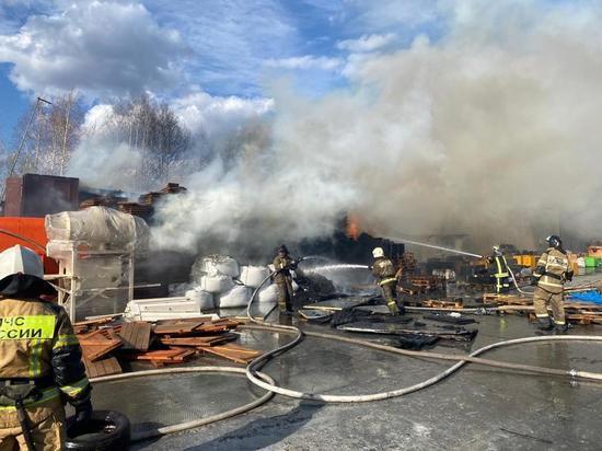 Пожарные три часа боролись с крупным пожаром в Екатеринбурге