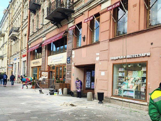 На Невском проспекте произошло «контрольное обрушение» лепнины