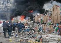 Под Калугой на заводе по переработке пластика разгорелся мощный пожар