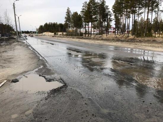 Проблемную яму на дороге Ноябрьска залатали после жалоб в соцсетях