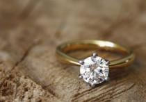 Золотую цепь и кольцо с бриллиантом за 148 000 рублей украли у пенсионерки в Якутии