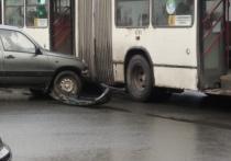 Автомобиль врезался в городской автобус в Пскове
