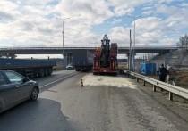 На ЕКАД грузовик повредил мост