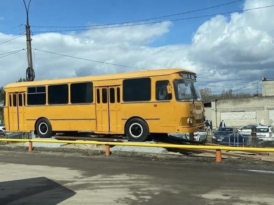 В Ярославле выставили памятник автобусу