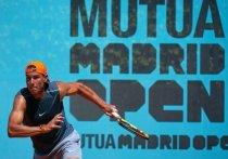 В четверг, 29 апреля, в Испании стартует Madrid Open, грунтовый турнир серии «Мастерс» и «Премьер», на который обычно съезжаются теннисные звезды со всего света. Но уже второй сезон подряд даже топ-турниры теряют в звездности, и Мадрид — не исключение. Тем более, что призовой фонд резко сократился. «МК-Спорт» расскажет о потерях, приобретениях, антивирусных правилах и о том, за кого болеть.