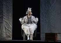 Вахтанговский театр представил «Мертвые души» Гоголя, и этот премьерный спектакль после «Принцессы Турандот» войдет в историю театра как вторая комедия масок