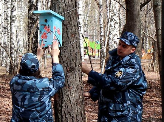 Сотрудники ГУФСИН РФ по Нижегородской области повесили скворечники в парке Пушкина