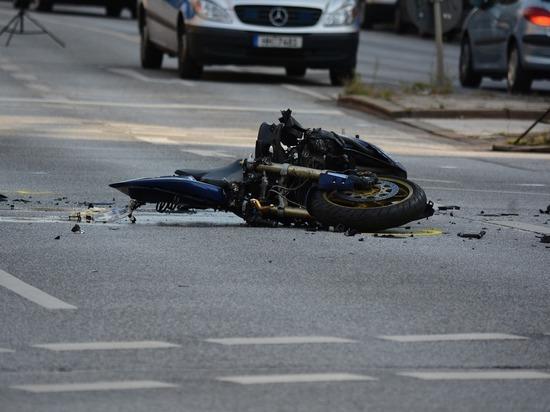 Водитель иномарки без прав сбил мотоциклиста в Томской области