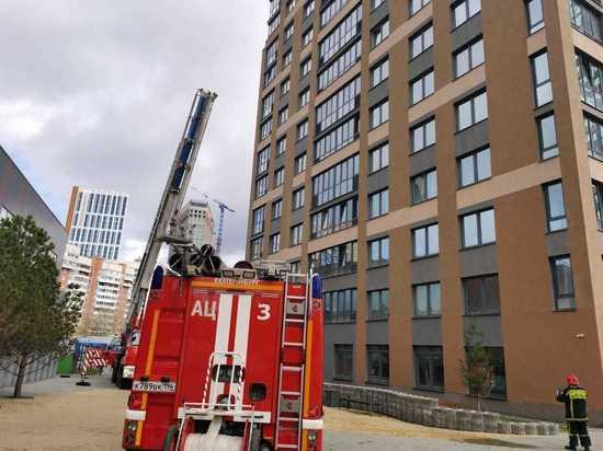 В Екатеринбурге спасли девочку, которая оказалась на карнизе 17-го этажа из-за пожара