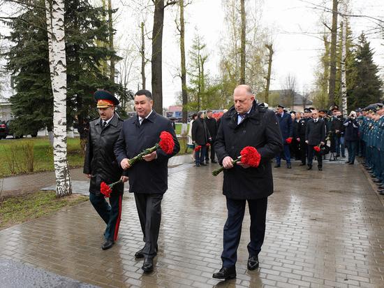 Игорь Руденя возложил цветы к памятнику спасателей в Твери