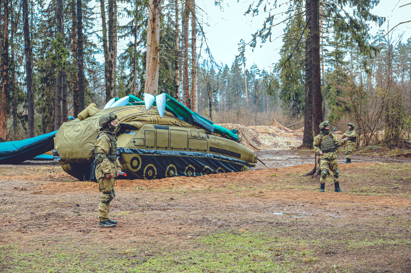 Среди надувных  «Искандеров»: маскировочный полк российской армии раскрыл секреты