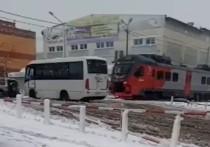 На Сахалине застрявший на жд-путях пассажирский автобус едва не снес поезд