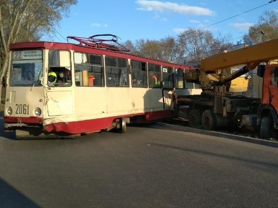 Стали известны подробности столкновения трамвая и КАМАЗа, пострадали две женщины