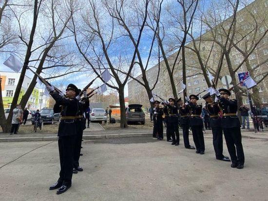 В Екатеринбурге ветерана ВОВ поздравили со 100-летием концертом во дворе и почетным караулом